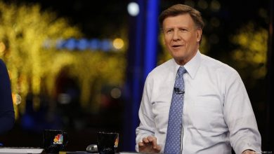 "Photo of Joe Kernen ' The Kahuna"" of CNBC holds bitcoin! Says Anthony Pompliano"